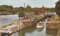 The Lock Goring On Thames Small Family Holiday Boat Boats Berkshire Postcard